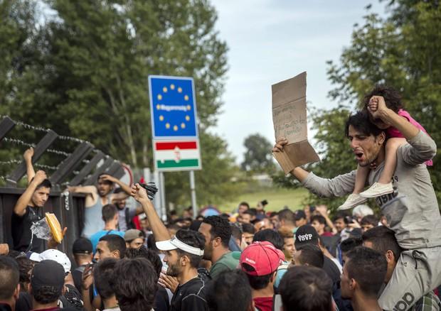 Migranti al confine tra Serbia e Ungheria (ANSA)