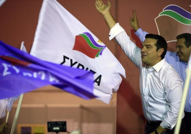 Alexis Tsipras saluta i suoi elettori dopo le prime proiezioni (ANSA)