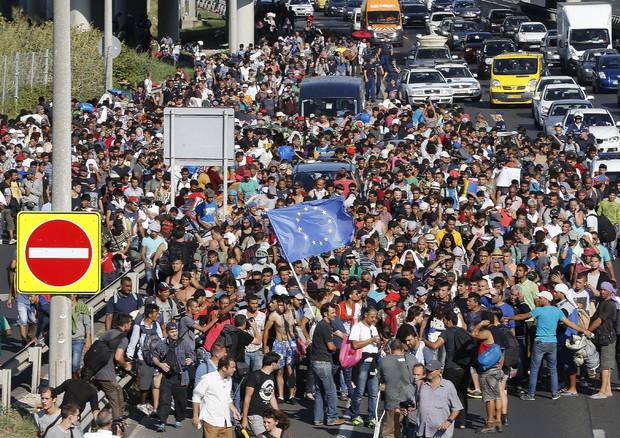 Immigrazione: rifugiati Budapest verso Vienna anche a piedi (ANSA)