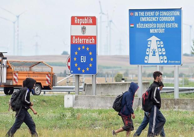 Rifugiati che passano il confine tra Ungheria e Austria (ANSA)