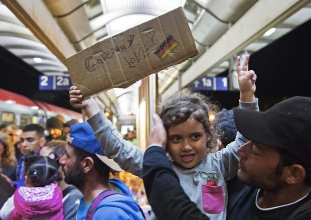Migranti alla stazione di Saalfeld, in Germania (ANSA)