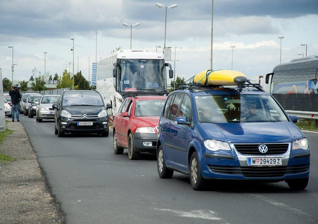 Auto da Vienna verso l'Ungheria per trasportare i profughi (ANSA)