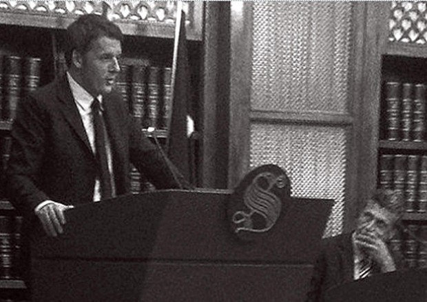 Il presidente del consiglio Matteo Renzi durante l'assemblea del gruppo dei senatori del Pd nella sala Koch di Palazzo Madama (ANSA)