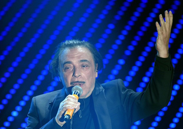 Frassica a Sanremo canta 'A mare si gioca' © ANSA