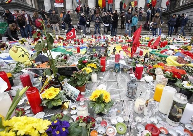 Bruxelles: la veglia a 'memoriale' della Bourse (ANSA)