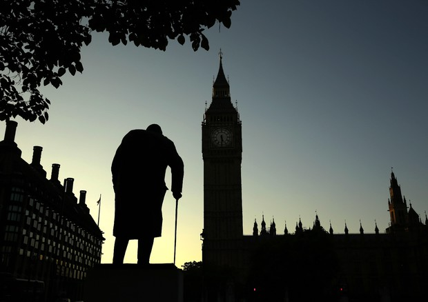 La statua di Winston Churchill sullo sfondo Houses of Parliament © AP