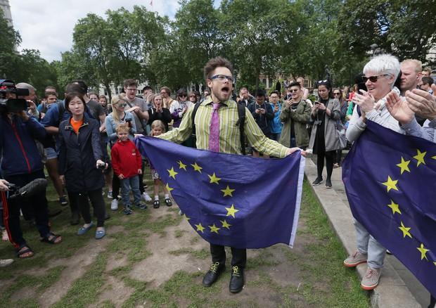 Vola la petizione anti-Brexit. La Scozia vuole l'avvio immediato di trattative con l'Ue