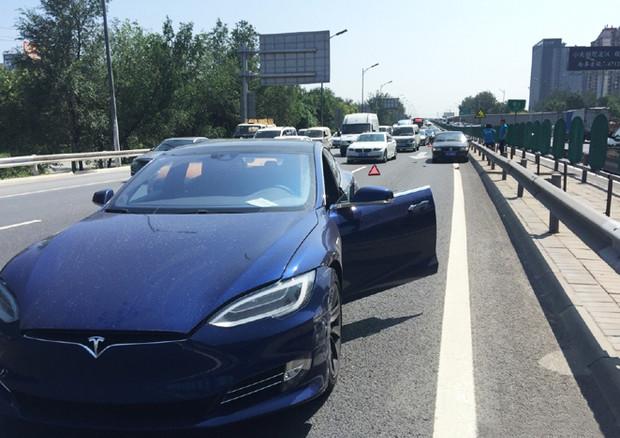 Tesla, la Model X si fa salvavita. Ma è polemica
