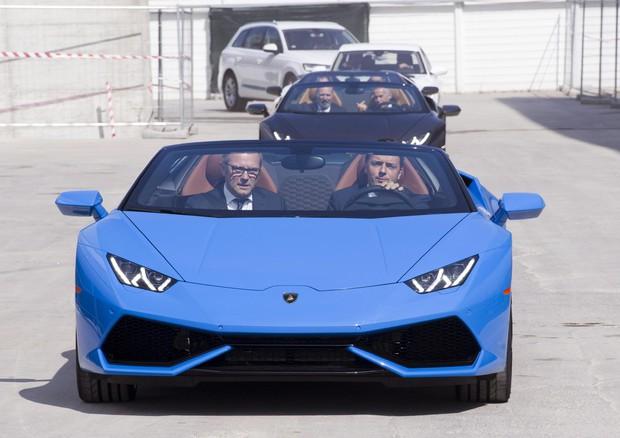 Renzi incontra gli operai della Lamborghini e guida la spider