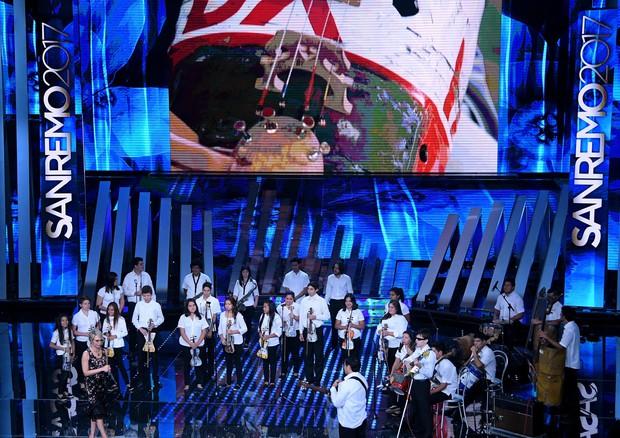 All'Ariston l'orchestra che crea strumenti dai rifiuti