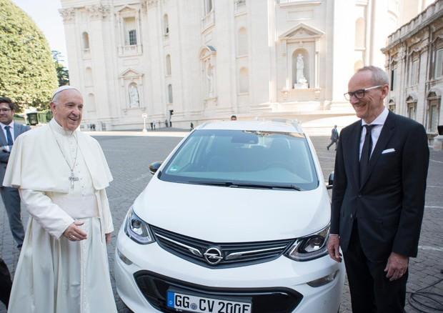 Opel consegna a Papa Francesco una Opel Ampera-E