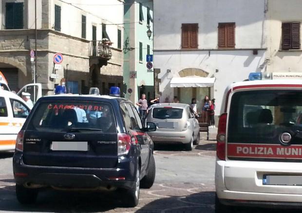 Mezzi della polizia nel punto in cui è stata lasciata la bimba © ANSA
