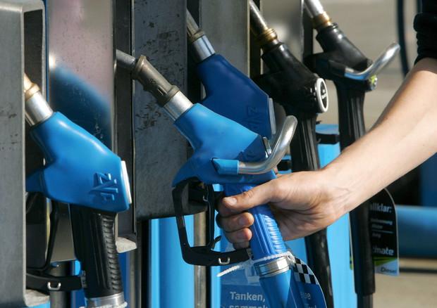 Carburanti: far viaggiare le auto costa più che comprarle