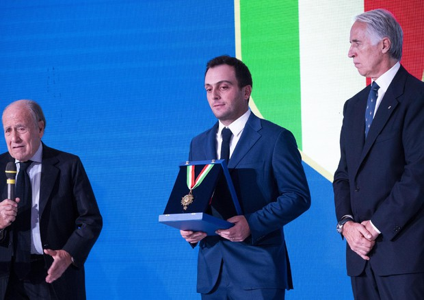 Molinari mentre riceve il collare d'oro (foto: ANSA)