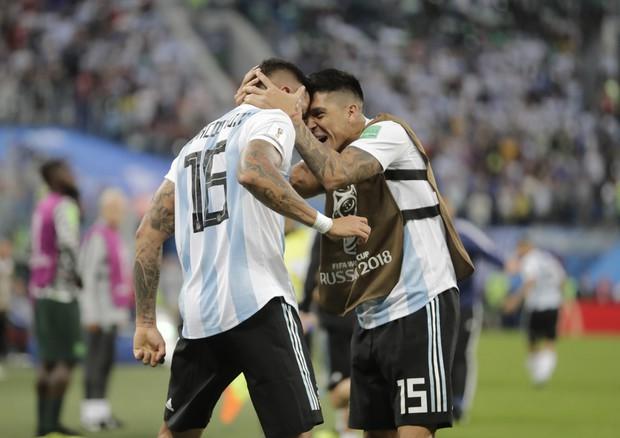 L'esultanza di Marcos Rojo dopo il gol (foto: AP)