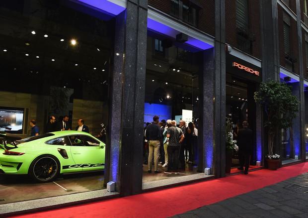 Porsche studio milano nuova vetrina eccellenza auto e for Design della moda politecnico milano opinioni