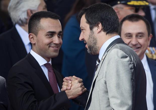 Il ministro dello Sviluppo Economico e Lavoro e vicepremier Luigi Di Maio (S) con il ministro degli Interni e vicepremier Matteo Salvini © ANSA