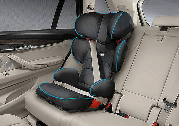 Seggiolino sicurezza per bambini in auto © Ansa