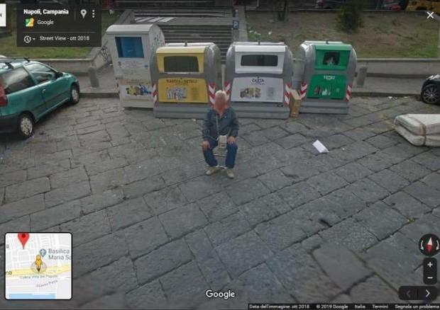Napoli, su Street view c`è un parcheggiatore abusivo.