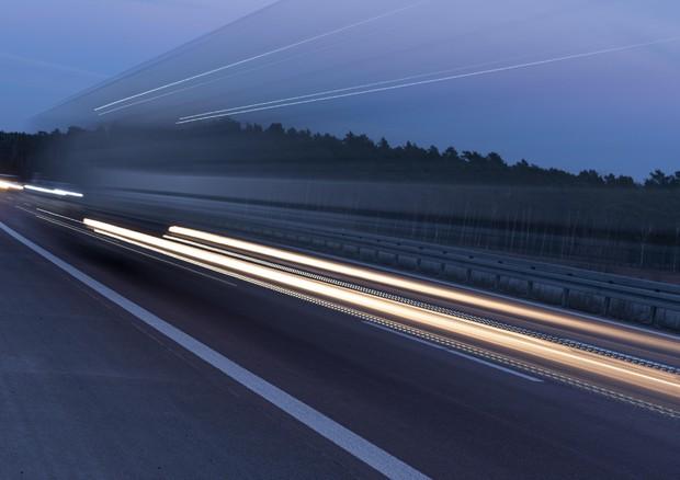 Germania, bimbo di 8 anni in autostrada a 140 km orari