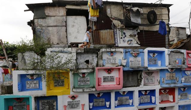 Una casa costruita sulle tombe di un cimitero di manila for Ottenere una casa costruita