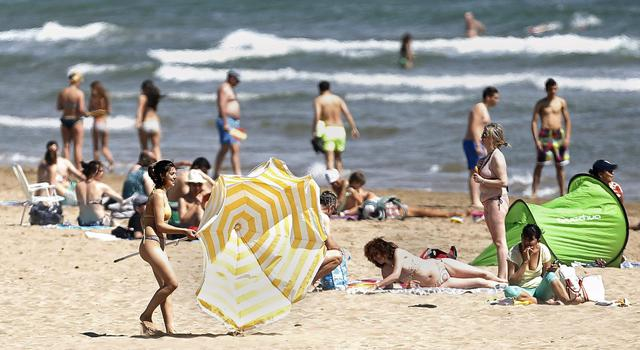Sole e vento sulla spiaggia della malvarrosa a valencia for Spiaggia malvarrosa valencia