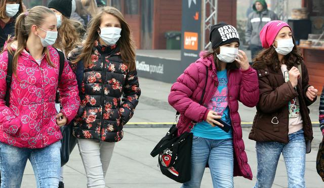 vari design sito ufficiale qualità superiore Ragazze indossano mascherine anti-smog a Sarajevo ...
