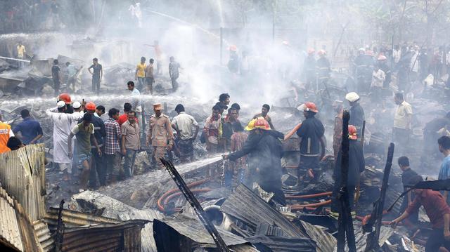 Un incendio distrugge la baraccopoli di Dhaka © Ansa