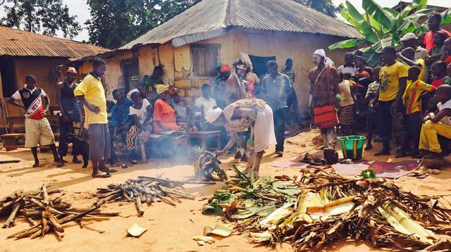 Un rito tradizionale dei guaritori di Ebola in Guinea © Ansa