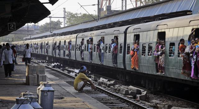 Pendolari a  Kolkata, India © Ansa