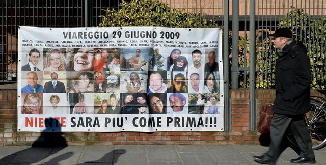 Le foto della vittime della Thyssen davanti alla sede della Corte d'Appello di Torino © Ansa
