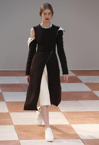 sale retailer 84c26 8b70c Modella sfila con abiti di Celine al Paris Fashion Week ...