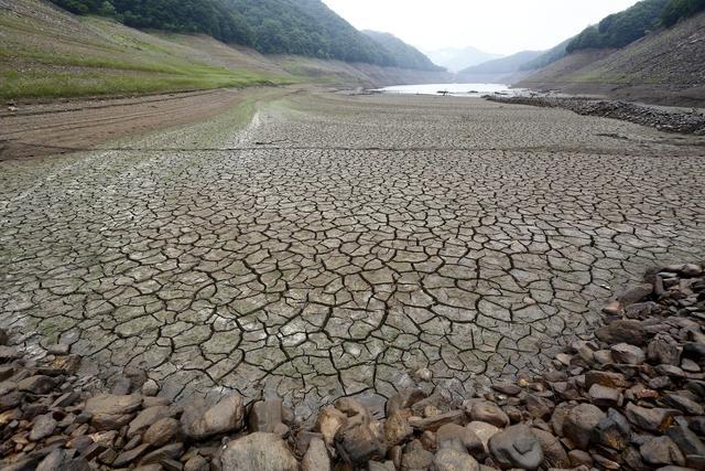 Siccit il letto asciutto del fiume soyang in nord corea foto - Letto di un fiume ...