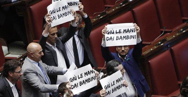 Protesta dei deputati della lega nord alla camera durante for Sito della camera dei deputati