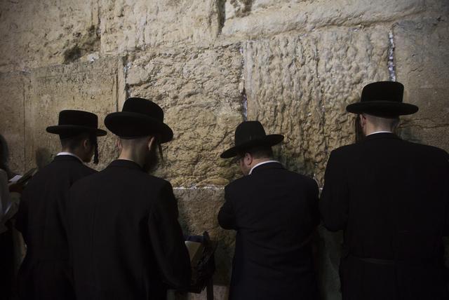 Gerusalemme, ebrei ortodossi in preghiera al Muro del Pianto