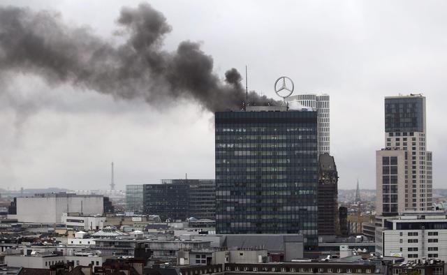fumo dal tetto dell 39 europa center a berlino germania primopiano. Black Bedroom Furniture Sets. Home Design Ideas
