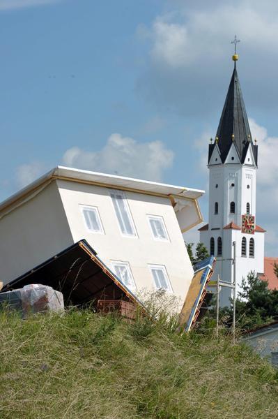 Casa capovolta costruita a stotzard in germania curiosita 39 - Casa in germania ...