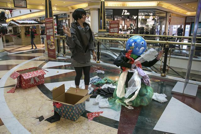 Blackfriday blitz di greenpeace a roma contro il - Black friday porta di roma ...