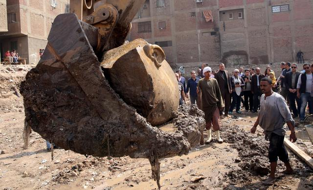 Egitto: statua di Ramses II di otto metri emerge dal fango