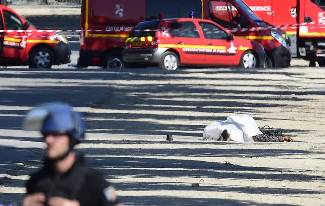 Parigi: ministro, morto attentatore Champs-Elysees ©