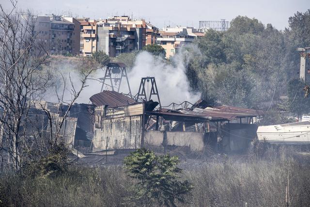 Nuovo incendio a Castel Fusano, tornano i canadair sul litorale romano