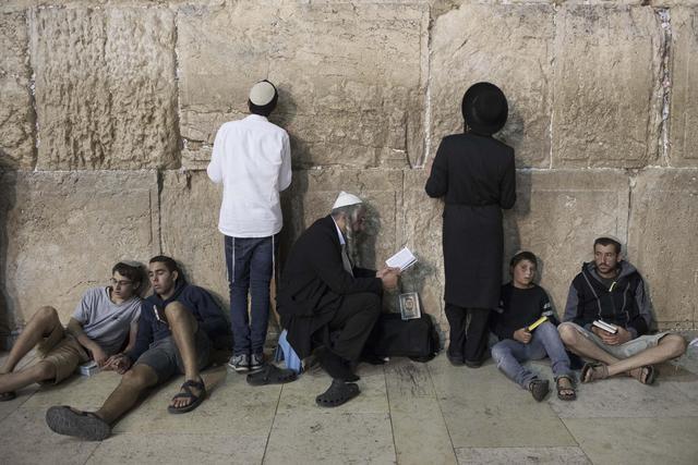 Gerusalemme, ebrei ortodossi al Muro del Pianto - Primopiano