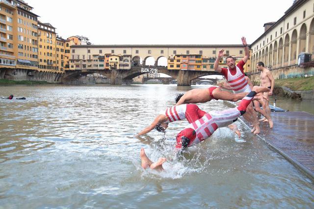 Bagno di Capodanno nell\'Arno a Firenze - Foto del giorno - Ansa.it