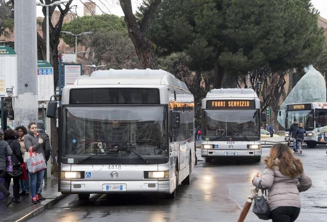 Transport strike in Rome - Off duty buses are seen at Termini train station during the transport strike in Rome, 12 January 2018. ANSA/CLAUDIO PERI © ANSA