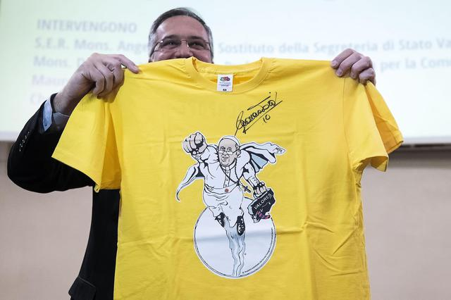 La t-shirt 'SuperPope' ©