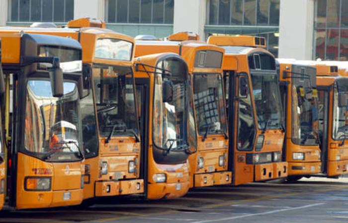 Senza biglietto su bus, picchia autista