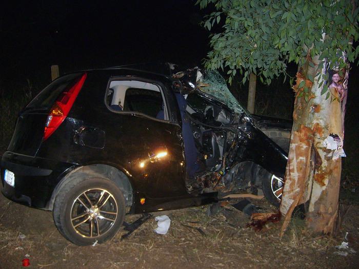 Auto contro albero, muore una 26enne