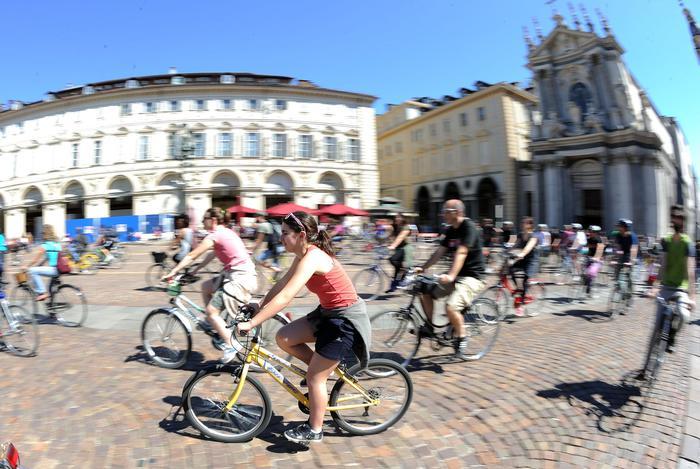 In bici al lavoro, sfida a Torino