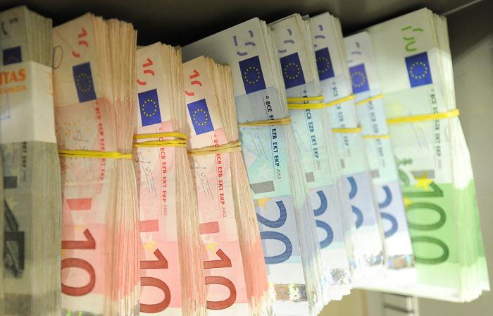 Banche: calano addetti e sportelli