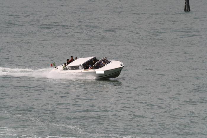 Scontra taxi-barca a Venezia, no feriti